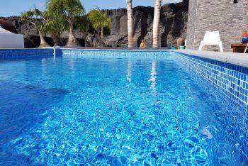 Revestimiento en una piscina nueva con la membrana armada RENOLIT ALKORPLAN3000 Blue Greek
